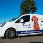 De auto van de mobiele dierenarts die huisbezoeken aflegt.
